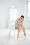 Jeune danseur classique moderne posant sur le blanc photos libres de droits