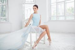Jeune danseur classique moderne posant sur le blanc photographie stock libre de droits
