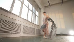 Jeune danseur classique sautant sur un fond fumeux clair, mouvement lent banque de vidéos