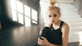 Jeune danseur d'adolescente pleurant après que la représentation de perte se reposent sur la décoration de cube dans le studio de photos stock