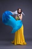 Jeune danseur dans la danse jaune de costume avec la rose des vents Photographie stock