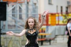 Jeune danseur dans la robe traditionnelle, jeune femme dansant la danse arabe, groupe de rue La fille danse l'en public La fille  photos stock