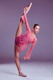 Jeune danseur de ballerine montrant ses techniques Images libres de droits