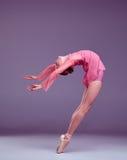 Jeune danseur de ballerine montrant ses techniques Photographie stock libre de droits