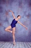 Jeune danseur de ballerine montrant ses techniques Photos stock