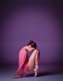 Jeune danseur de ballerine montrant ses techniques Images stock
