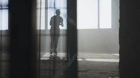 Jeune danseur de hip-hop de rue exécutant devant la grande fenêtre dans le bâtiment abandonné contemporain Culture d'houblon de h clips vidéos