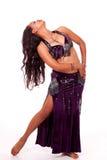 Jeune danseur de ventre dansant un virage Image stock