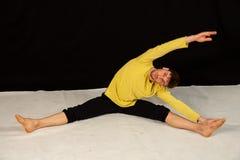 Jeune danseur masculin dans des mouvements de danse photos stock