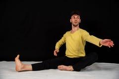 Jeune danseur masculin dans des mouvements de danse images stock
