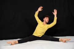 Jeune danseur masculin dans des mouvements de danse photos libres de droits