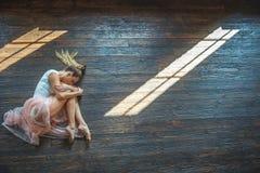 Jeune danseur posant à l'appareil-photo photo libre de droits