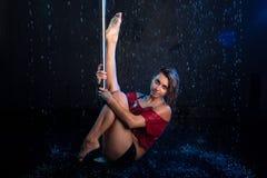 Jeune danseur sexy de poteau de femme Photo de studio de l'eau Photos stock