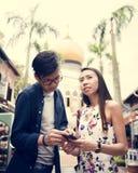 Jeune datation asiatique de couples dans la ville Photo stock