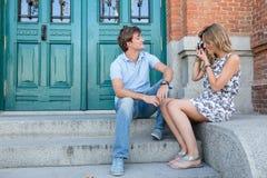 Jeune datation attrayante de couples Image libre de droits