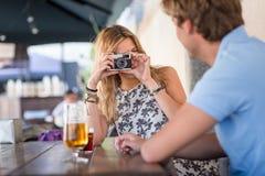Jeune datation attrayante de couples Photos stock