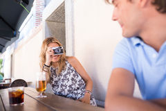Jeune datation attrayante de couples Photographie stock libre de droits