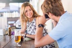 Jeune datation attrayante de couples Images stock