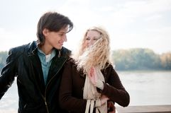 Jeune datation de couples à l'extérieur Photo libre de droits