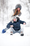 Jeune de couples amusement à l'extérieur Image libre de droits