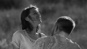 Jeune de couples de blé de champ coucher du soleil insouciant affectueux dehors blanc noir banque de vidéos