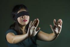Jeune de fille chinoise asiatique effrayée et bandée les yeux d'adolescent d'Internet dangereux défi viral de jeu perdu et confus images stock