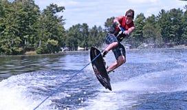 Jeune de l'adolescence sur le wakeboard Images libres de droits