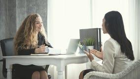 Jeune demandeur de femme d'affaires et ressources humaines sa conversation photos libres de droits