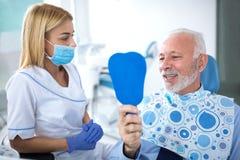 Jeune dentiste féminin et patient satisfaisant Photos libres de droits