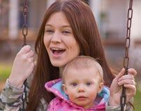 Jeune descendant de mère et de chéri sur des oscillations Photo libre de droits