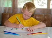 Jeune dessin de garçon photographie stock libre de droits