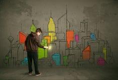 Jeune dessin urbain de peintre Images stock