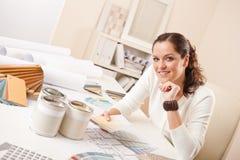 Jeune dessinateur d'intérieurs féminin au bureau Photographie stock libre de droits