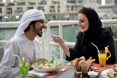 Jeune diner arabe de couples d'Emirati Photo stock