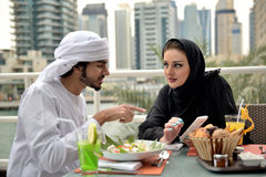 Jeune diner arabe de couples d'Emirati Photos libres de droits