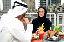 Jeune diner arabe de couples d'Emirati Photos stock