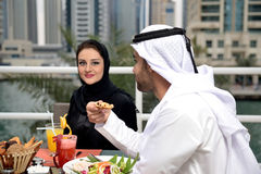 Jeune diner arabe de couples d'Emirati Photo libre de droits