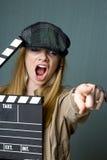 Jeune directeur féminin avec le pointage d'ardoise Photo stock