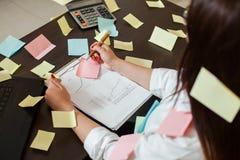 Jeune directeur féminin de comptable sur le lieu de travail Images libres de droits