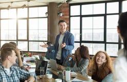 Jeune directeur parlant lors de la réunion d'entreprise constituée en société photographie stock