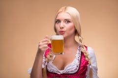 Jeune dirndl de port blond sexy Images libres de droits