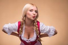 Jeune dirndl de port blond sexy photos stock