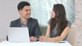 Jeune discussion attrayante d'homme et de femme d'affaires clips vidéos