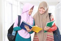 Jeune discussion d'étudiante Photos stock