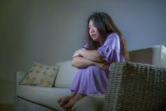 Jeune divan coréen asiatique triste et déprimé de sofa de femme à la maison pleurant feeli de souffrance désespéré et impuissant  photographie stock