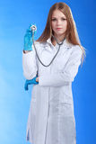 Jeune docteur attirant d'isolement au-dessus du fond bleu Photographie stock libre de droits
