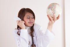Jeune docteur avec la carte Image libre de droits