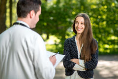Jeune docteur avec la jeune et jolie femme photos stock
