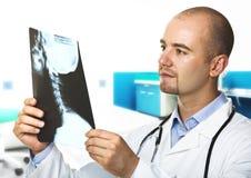 Jeune docteur avec le rayon X photo stock
