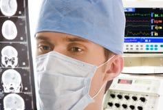 Jeune docteur avec le tomogramme photo stock